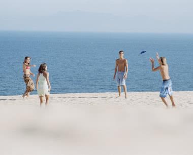 Studienfahrt Griechenland: Jugendliche am Strand von Piräus