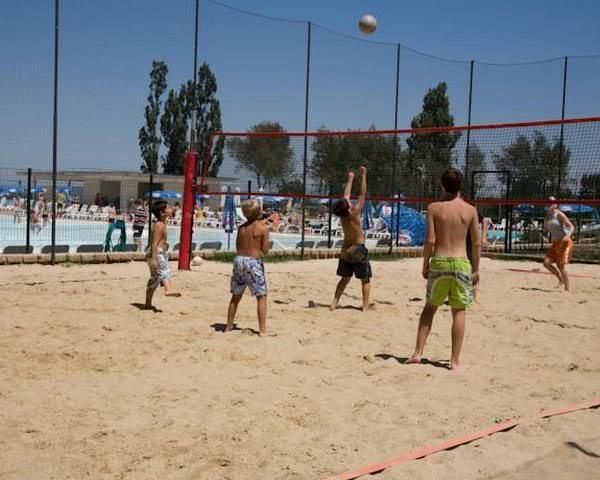 Beachvolleyball in der Ferienanlage