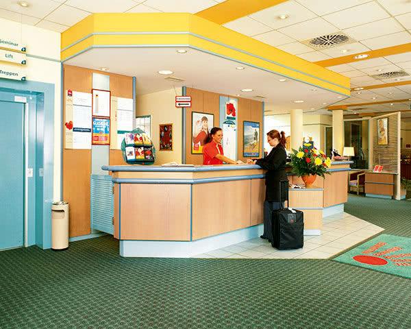 Kursfahrten Ibis Hotel Berlin Airport Tegel- Rezeption