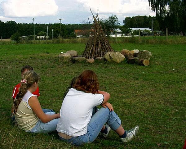 Jugendreise Körbaer See: Jugendliche am Lagerfeuer