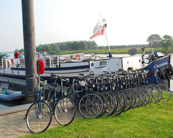 Klassenfahrt Motorboot- Fahrräder
