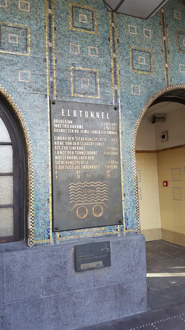 Eingang zum Alten Elbtunnel