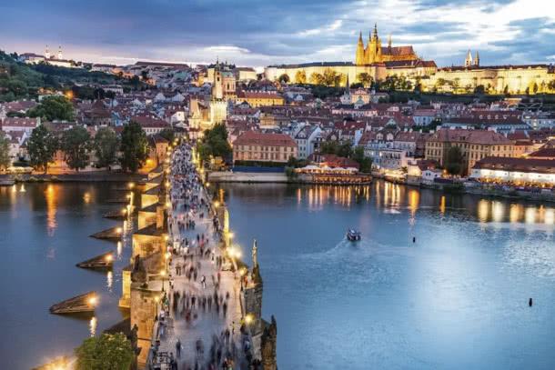 Blick auf Karlsbrücke und Prager Burg