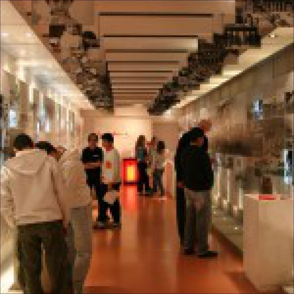 Jugendliche Besucher in der Ausstellung © Anne Frank Zentrum/Berlin