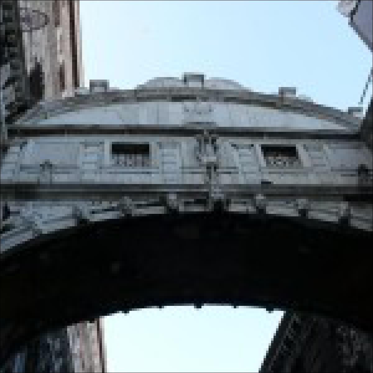 Die Seufzerbrücke verbindet den Dogenpalast mit dem Gefängnis. Auch die Bleikammern gehören zu diesem Gefängnis.