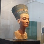 Statue der Nofretete im Neuen Museum Berlin