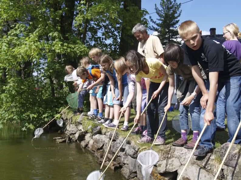 Grundschüler*innen auf Klassenfahrt am See