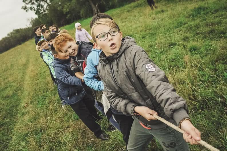 Grundschüler*innen machen Tauziehen auf Klassenfahrt