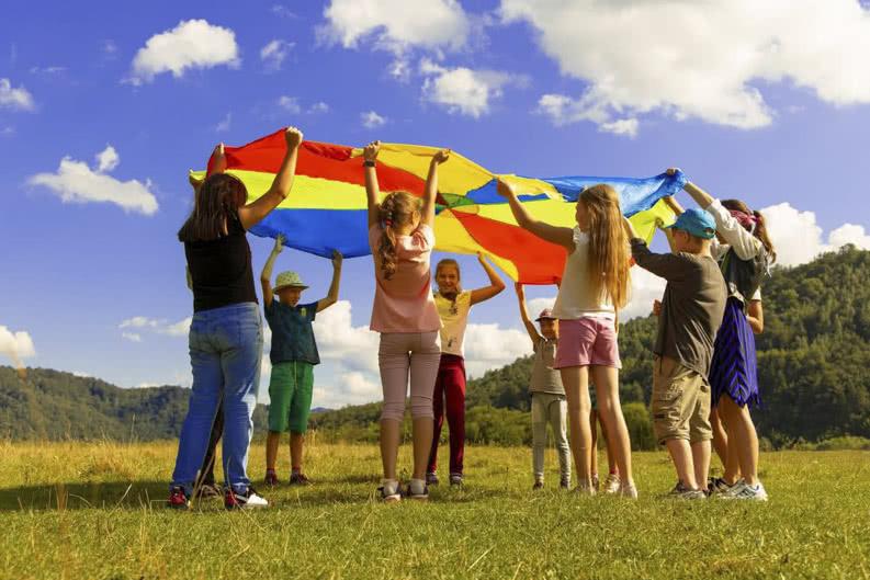 Junge Gruppe Schüler beim Spielen