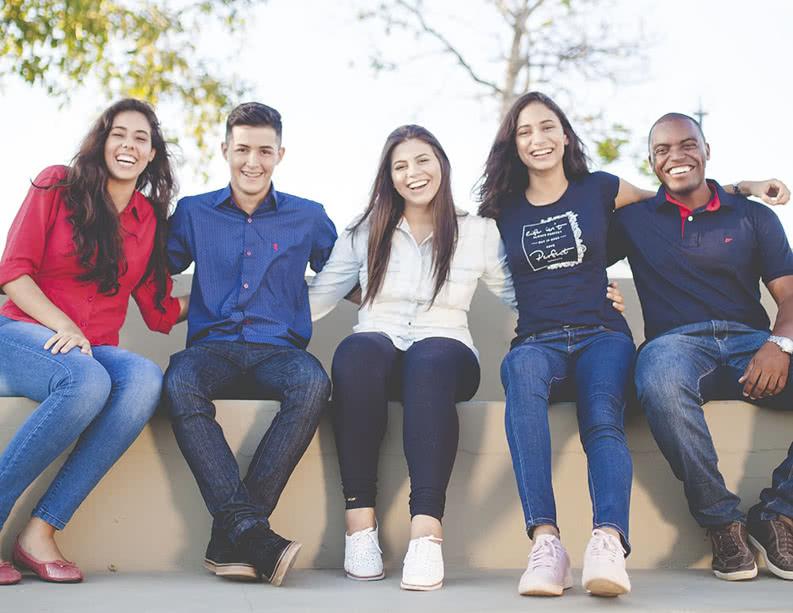 Gruppe junger Erwachsener aus einer Klasse